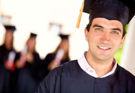 toga y birrete: Retrato de una feliz estudiante de posgrado - conceptos de graduaci�n