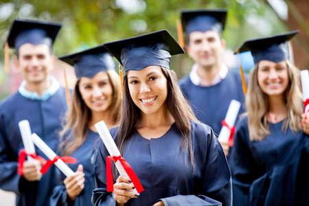 licenciado: Feliz grupo de estudiantes en su graduaci�n sonriendo