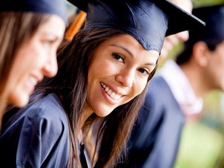 graduado: Mujer feliz sonriendo en su d�a de graduaci�n
