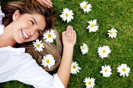 sch�ne frauen: Sch�ne Frau liegt auf einer Blume granden genie�en ihre Zeit im Freien Lizenzfreie Bilder