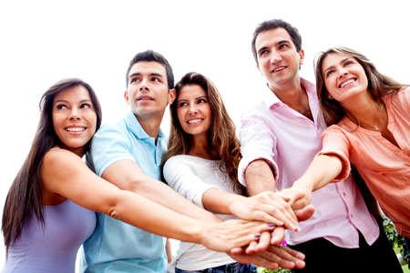 solidaridad: Grupo de personas que unir con las manos en el medio