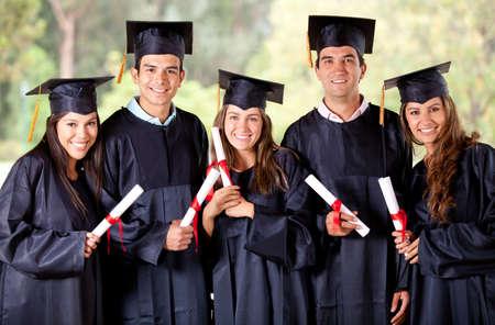 graduacion de universidad: Feliz grupo de estudiantes en su graduaci�n sonriendo