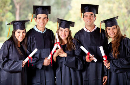 absolwent: Szczęśliwy grupa studentów w ich studiach uśmiechnięty