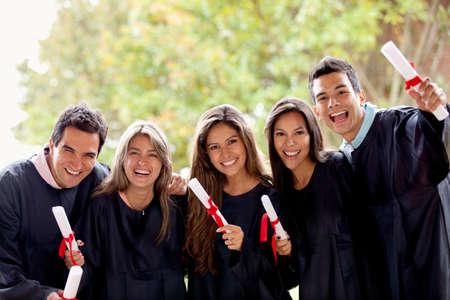 absolwent: Podekscytowany grupa absolwentów w ich dnia ukończenia