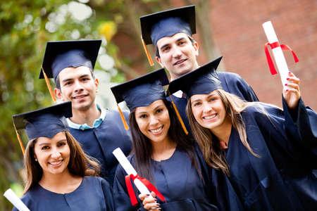 birrete de graduacion: Grupo de estudiantes de posgrado que sostienen su diploma despu�s de la graduaci�n