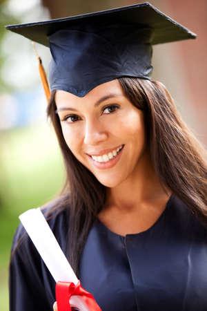 graduacion de universidad: Hermosa mujer de posgrado con un vestido de graduaci�n Foto de archivo