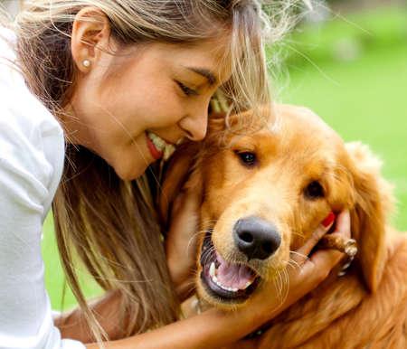 mujer con perro: Retrato lindo de una mujer con su perro en el parque