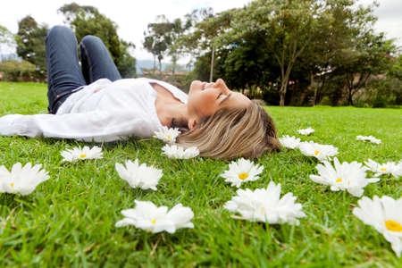 stil zijn: Mooie casual vrouw ontspanning buitenshuis liggend op het gras