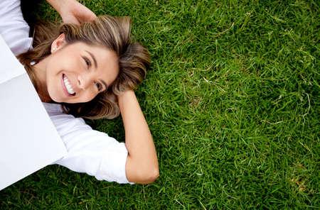 so�ando: Mujer al aire libre de relax con una mirada feliz y sonriente Foto de archivo