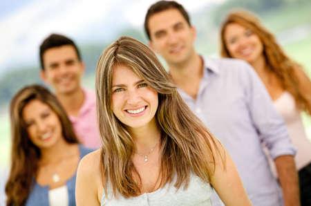 adultos: Grupo de j�venes que buscan feliz al aire libre