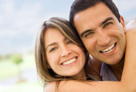 couple amoureux: Loving couple en s'amusant et en regardant heureux - � l'ext�rieur