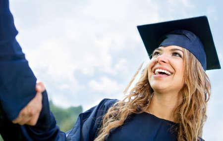 graduacion: Graduaci�n apret�n de manos despu�s de recibir el diploma - femenino de los estudios