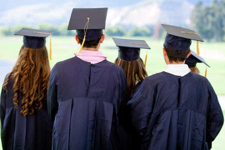 licenciatura: Vista trasera de un grupo de graduaci�n al aire libre