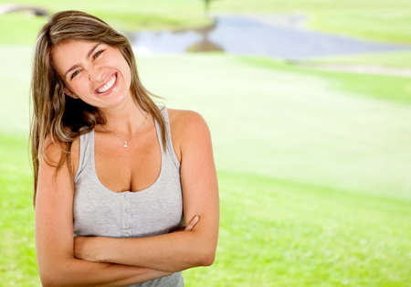 sociable: Bella donna all'aperto casuale cercando molto felice
