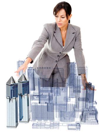 ingeniero civil: Arquitecto Mujer con un modelo - aislados en un fondo blanco