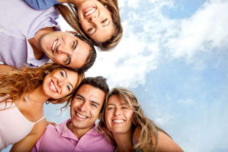 personas: Grupo de amigos sonriendo mirando muy feliz