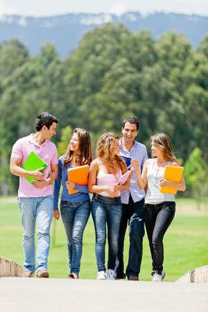 hanging around: Los estudiantes universitarios que cuelgan alrededor de hablar y sonre�r