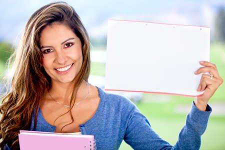 sociable: Studentessa in possesso di un pezzo di carta per scrivere qualcosa