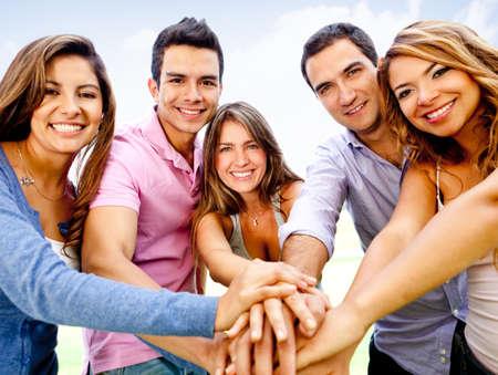 sociable: Gruppo di giovani con le mani insieme - concetti di lavoro di squadra