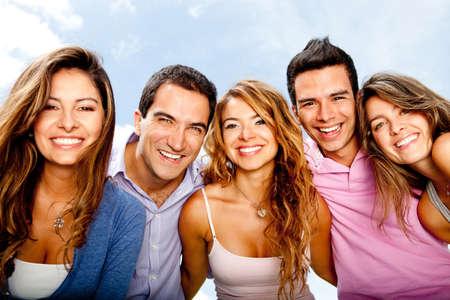 grupo de hombres: Feliz grupo de amigos en un d�a veraniego que se divierten