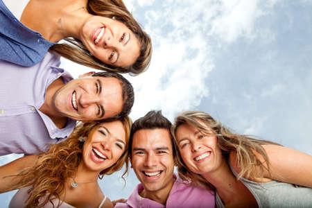 personas abrazadas: Grupo de j�venes abraz�ndose y riendo