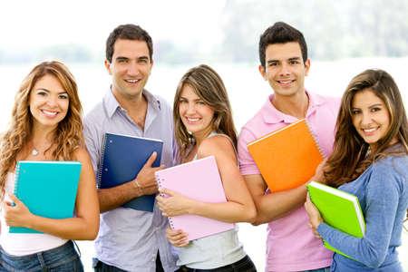 sociable: Felice gruppo di studenti in possesso di notebook all'aperto