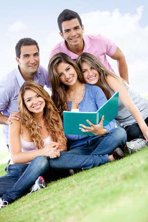 sociable: Gruppo di giovani che studiano all'aria aperta e sorridente