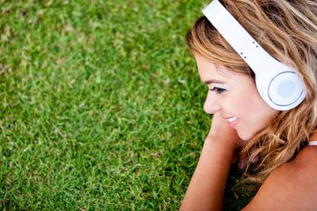 listening to music: Mujer escuchando m�sica y relajarse al aire libre