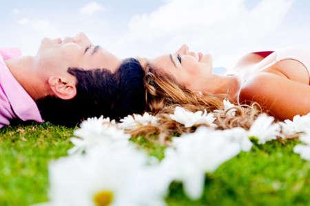 parejas enamoradas: Feliz pareja amorosa relajarse juntos al aire libre situadas Foto de archivo