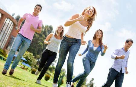 sociable: Felice gruppo di amici in esecuzione all'aperto divertirsi