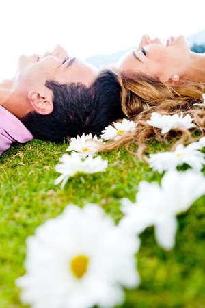 happy young: Pareja feliz, riendo al aire libre, disfrutando de su tiempo juntos