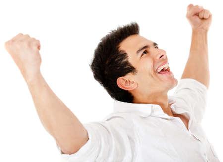 victoire: Heureux l'homme avec les bras jusqu'� et souriant - isol� sur un fond blanc