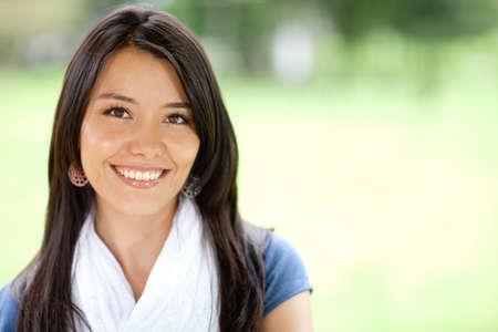 ��smiling: Retrato de una joven y bella mujer sonriente al aire libre Foto de archivo
