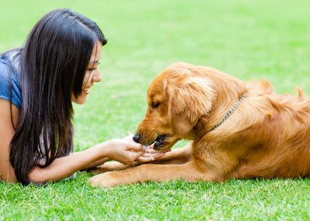 mujer perro: Retrato de una mujer con un perro en el parque Foto de archivo