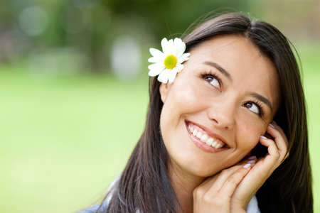 mujer pensativa: Retrato de una bella mujer pensativa sonriendo rom�ntica