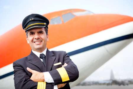piloto: Piloto de avi�n guapo sonriendo en el aeropuerto