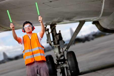 señal de transito: Controlador de tránsito aéreo con carteles de luz en el aeropuerto