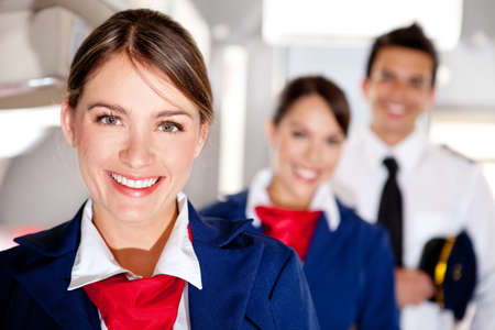 azafata: Air Hostess con la tripulaci�n de cabina del avi�n sonriendo