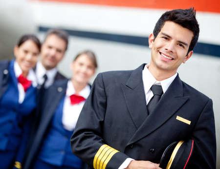 piloto: Capit�n piloto con tripulaci�n de cabina y el avi�n en el fondo