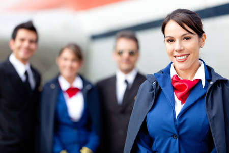 hotesse de l air: H�tesse de l'air avec l'�quipage de cabine et un avion � l'arri�re-plan