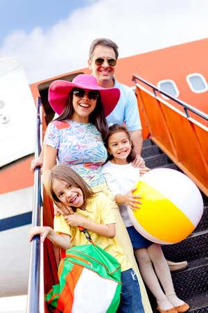 persona viajando: Familia feliz ir de vacaciones en avi�n Foto de archivo