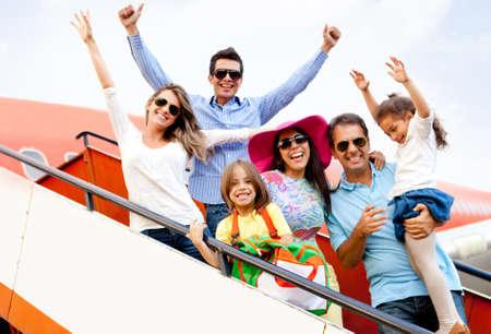 viaje familia: Emocionado familia con los brazos a viajar en avión