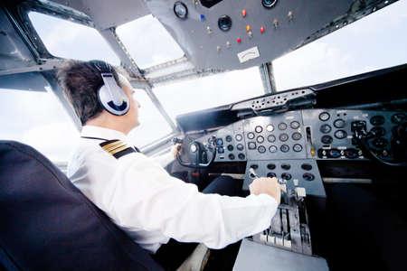 piloto: Piloto en la cabina del avi�n que vuela un avi�n