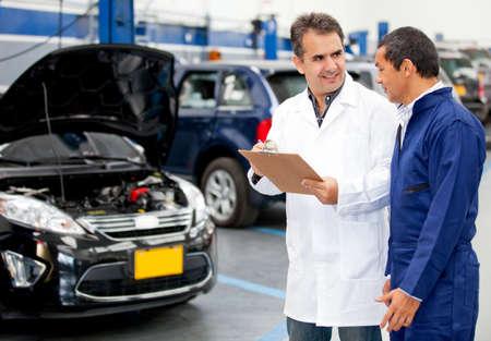 Muž mechanika mluví na garáž Reklamní fotografie - 12619702