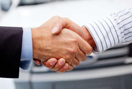 pacto: Negocios apret�n de manos para cerrar el trato despu�s de comprar un coche Foto de archivo