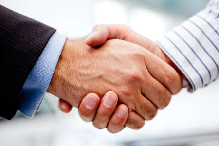 vendedor: Negocios apret�n de manos de dos hombres de cerrar un trato Foto de archivo