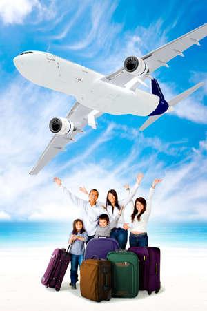 familia viaje: Emocionado familia ir de vacaciones en avi�n