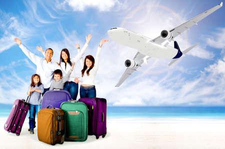 bagage: Famille excit� � bras jusqu'� jouir de leurs vacances