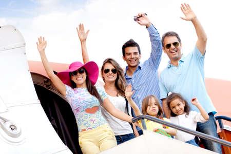 getaways: Grupo de personas que van en un viaje familiar en avi�n Foto de archivo