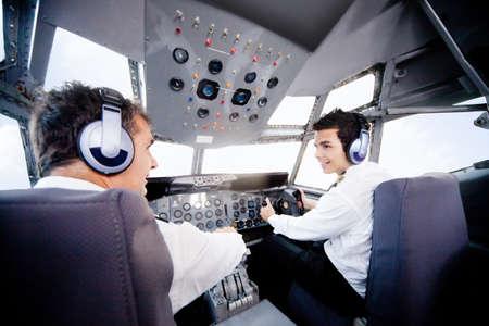 pilotos aviadores: Los pilotos dentro de una cabina de vuelo de un avi�n